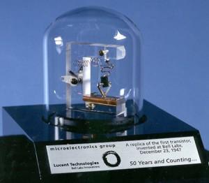 اولین ترانزیستور اتصال نقطهای در آزمایشگاه بل (شبیه سازی شده در سال 1997)